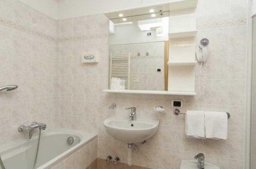 hotel-lanz-livigno-camera-standard-letto-bagno-750x330