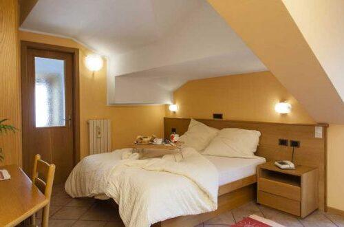 hotel-lanz-livigno-camera-standard-letto-colazione-750x330